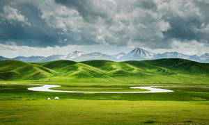 草原美丽的河流和山峰摄影图片