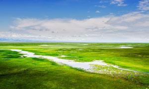 蓝天下美丽的草原河流摄影图片
