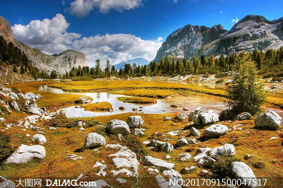 大山之间美丽的小溪景观摄影图片