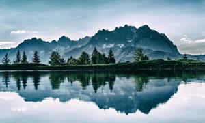 蓝天下的山水湖畔美景摄影图片