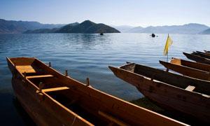 泸沽湖变停泊的小舟摄影图片