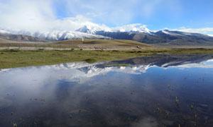 高原雪山下的湖泊美景摄影美高梅