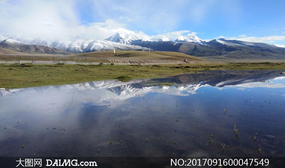 高原雪山下的湖泊美景摄影图片