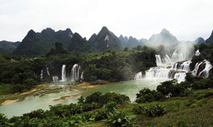 壮观的德天大瀑布摄影图片