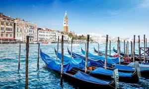 欧美海岸城市停泊的船只摄影图片