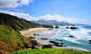 蓝天下美丽的海边沙滩摄影图片