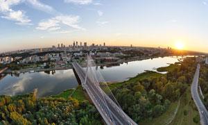 夕阳下城市桥梁和河流摄影图片