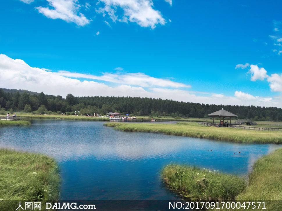 蓝天下的美丽七星湖景观摄影图片
