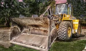 在草地上的一台推土机摄影高清图片