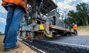 给路面铺设沥青作业的工人高清图片