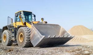 工地沙堆与一台推土机摄影高清图片