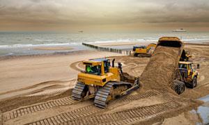 在海边铺沙子的工程车摄影高清图片