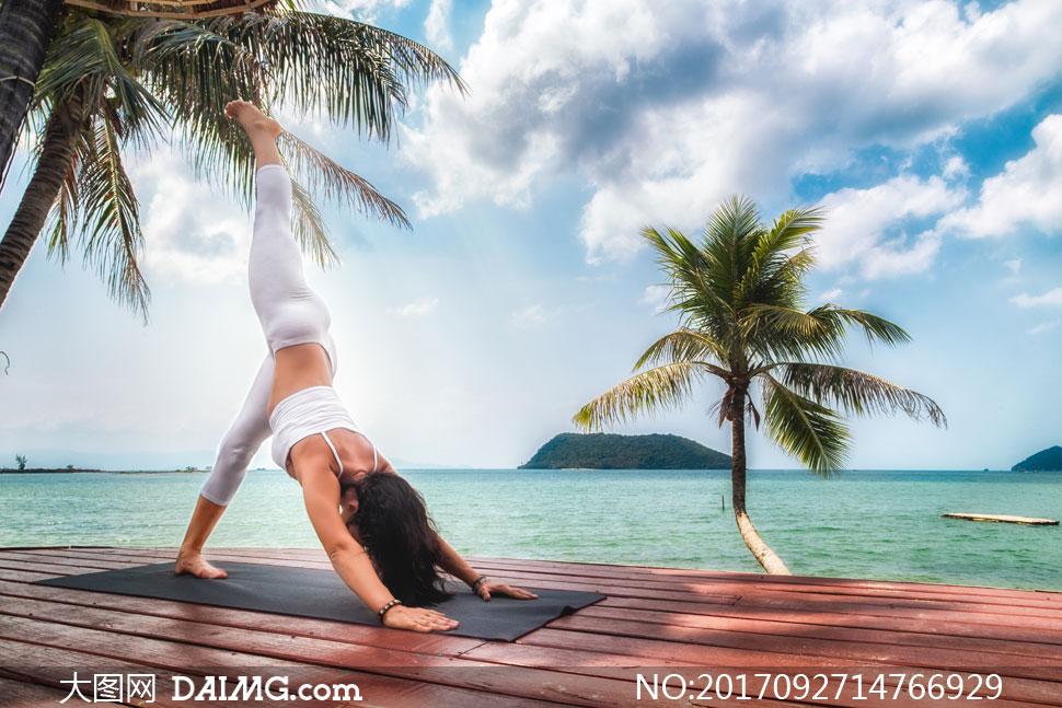 海边做瑜伽运动的美女摄影高清图片