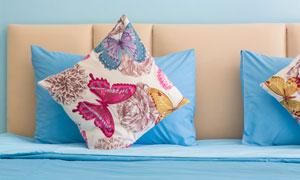 大床上的几个枕头特写摄影高清图片