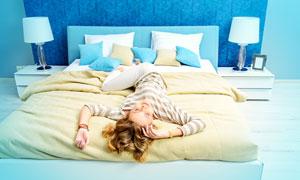 躺床上玩耍的美女人物摄影高清图片