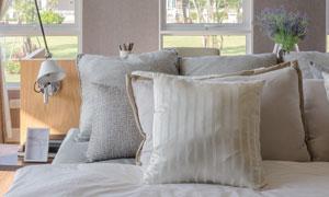 壁灯花卉与床上用品等摄影高清图片