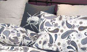 床上的佩斯利花纹枕头摄影高清图片