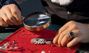 认真查看珠宝首饰情景摄影高清图片