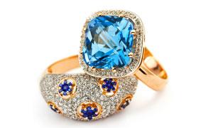 两枚蓝宝石的戒指特写摄影高清图片