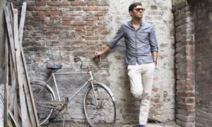 扶着破旧自行车的休闲男人高清图片