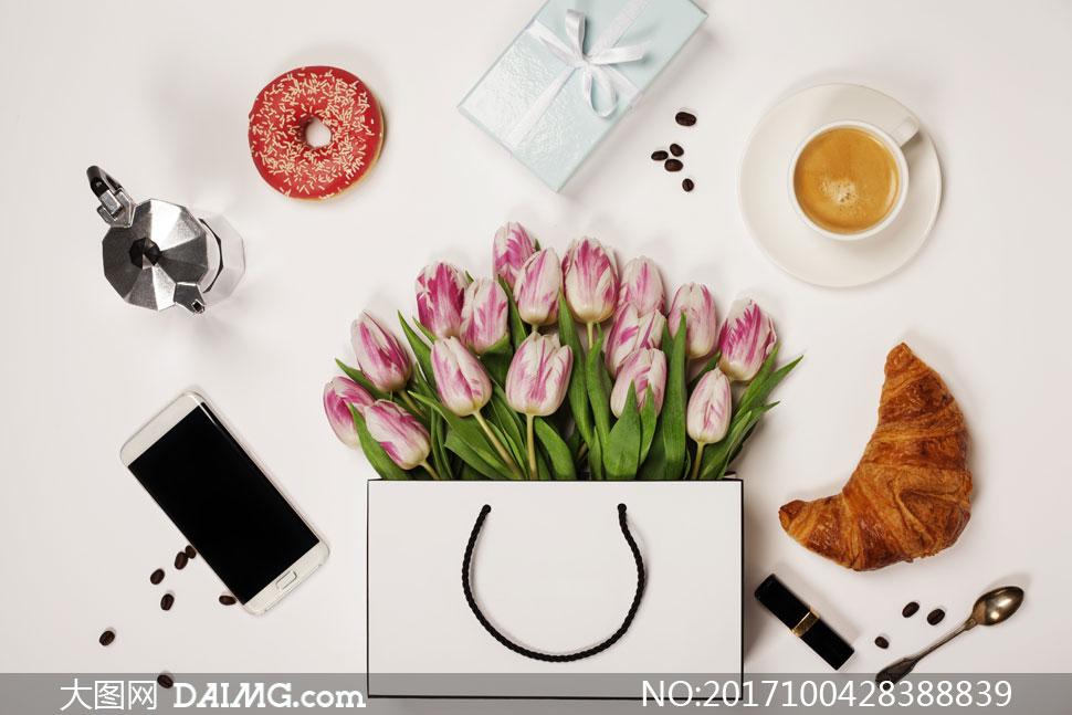 手机咖啡杯与牛角面包摄影高清图片