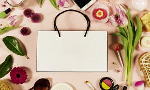 手提袋与手机花朵绿叶摄影高清图片