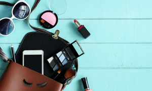 眼镜化妆盒与眉笔毛刷特写高清图片