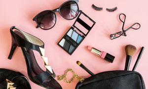 口红化妆盒与高跟鞋包包等高清图片