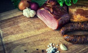 砧板上的腊肉香肠特写摄影高清图片