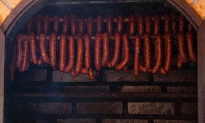 烤炉中的两排腊肠特写摄影高清图片