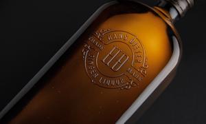 方形酒瓶上的浮雕效果标志贴图模板