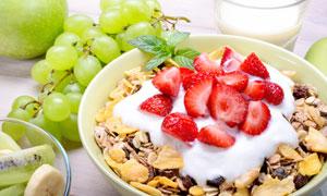 葡萄与草莓牛奶燕麦片摄影高清图片