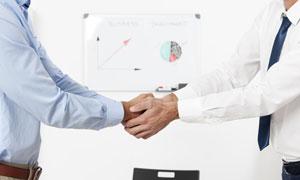 两双手握在一起的职场人物高清图片