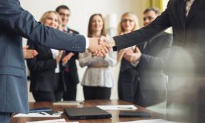 会议室握手的商务人物摄影高清图片