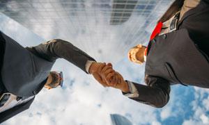蓝天白云背景握手人物摄影高清图片