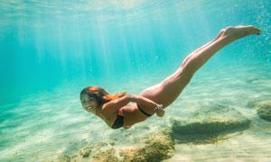水下波光中潜泳的美女摄影高清图片