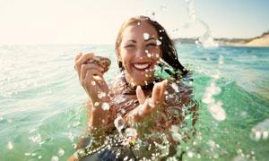 在水中嬉闹的开心美女摄影高清图片