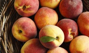 桌上果盘里的桃子特写摄影高清图片