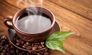 绿叶与冒着热气的咖啡摄影高清图片