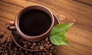两小片绿叶与一杯咖啡摄影高清图片