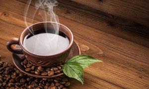 一杯热咖啡与两片绿叶摄影高清图片