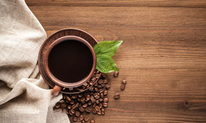麻布边的一杯咖啡特写摄影高清图片