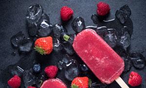 蓝莓与草莓口味的冰棍摄影高清图片