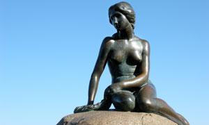丹麦小美人鱼铜像特写摄影高清图片