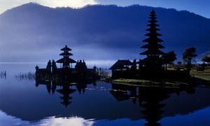暮霭中的巴厘岛水神庙摄影高清图片