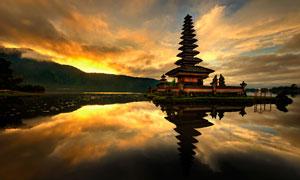 夕阳霞光中的巴厘岛水神庙高清图片