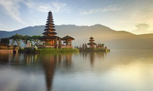 巴厘岛水神庙与连绵的山峦高清图片