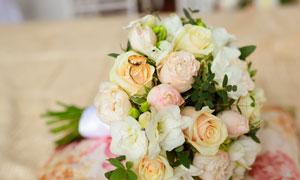 放一堆玫瑰花上的戒指摄影高清图片