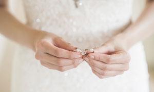 手拿着一对戒指的新娘特写高清图片