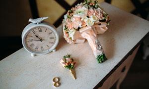 桌上的时钟与捧花戒指摄影高清图片